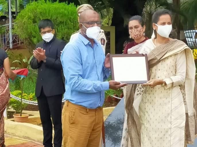 Cheating case registered against covid warrior felicitated by guardian minister aditi tatkare   जिल्हा प्रशासनाने निवडलेला कोविड योद्धा निघाला भामटा; पालकमंत्र्यांनी केला होता सन्मान