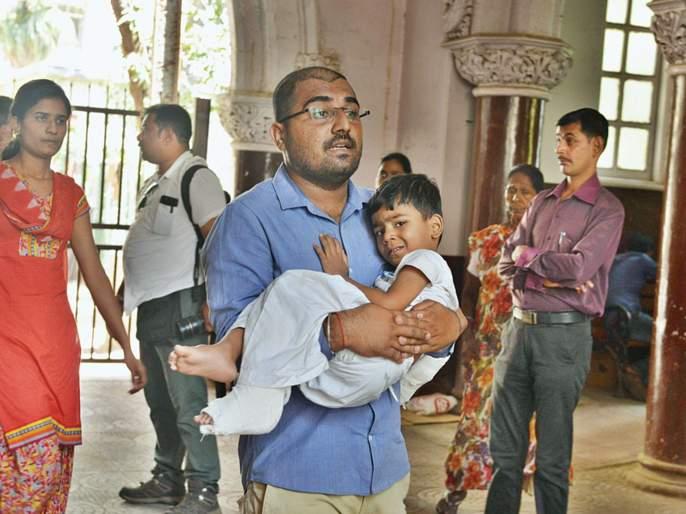Mumbai CST Bridge Collapse: Pain to the injured is unbearable; Relatives were tears of tears | Mumbai CST Bridge Collapse: जखमींना वेदना असह्य; नातेवाईकांना अश्रू झाले अनावर