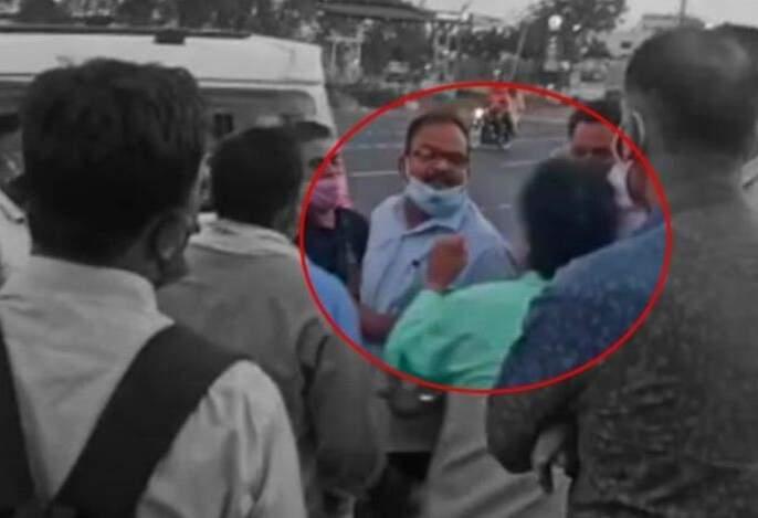 The mayor and the chief minister took to the streets, the video went viral | नगराध्यक्ष अन् मुख्याधिकारी रस्त्यावरच भिडले, व्हिडिओ व्हायरल