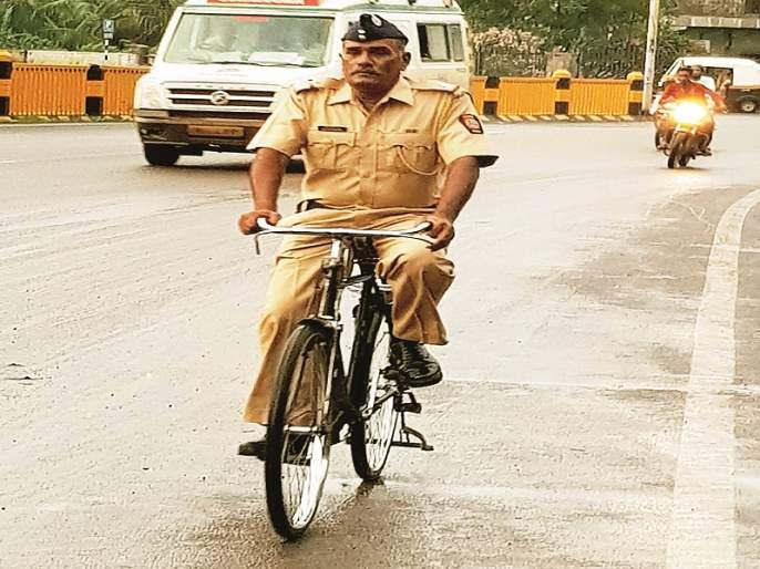 The glow of this khaki is different; Police Inspector Riding on the bicycle from 35 years | या खाकीची चमक न्यारी; ३५ वर्षांपासून फौजदाराची सायकलवरच सवारी