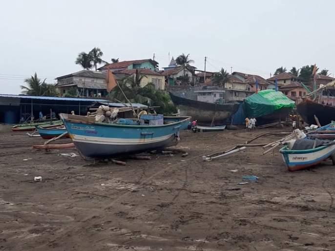 Officials visit the village in the wake of the cyclone | चक्रीवादळाच्या पार्श्वभूमीवर अधिकारी गाव भेटीवर