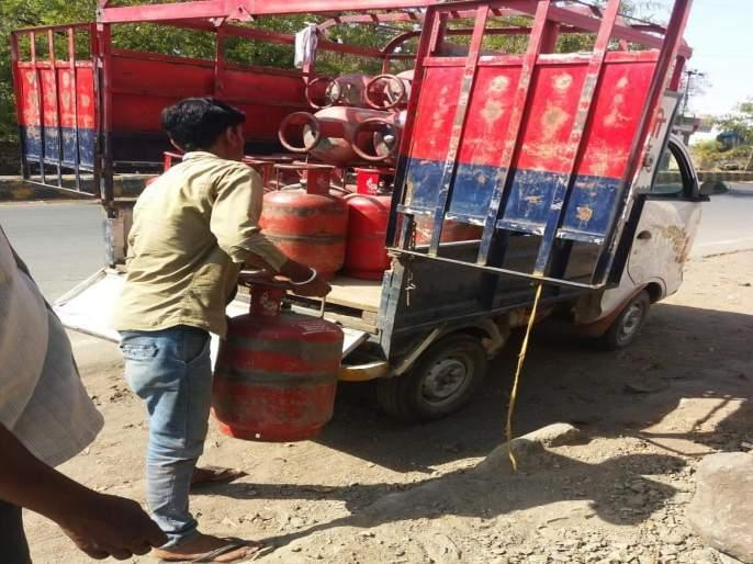 In pusad cylinder stock seized | पुसदमध्ये सिलिंडरचा साठा पकडला