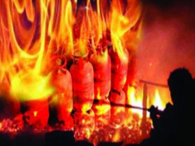 Loss of millions of gas cylinders in Deulgaon Gujari | देऊळगाव गुजरी येथे गॅस सिलिंडरच्या स्फोटात लाखोंचे नुकसान