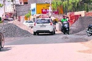 construction material rises on road in Akola | रस्त्यावरील बांधकाम साहित्य उठले अकोलेकरांच्या जीवावर!