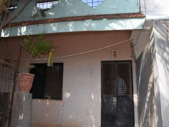 Retired policeman's house was stolen and looted | निवृत्त पोलीस कर्मचाºयाचे घर चोरट्याने फोडले, ऐवज लंपास