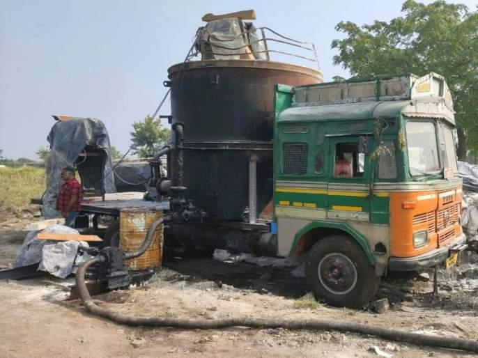 In the early hours of the morning, illegal dumping factories collapse   धुळ्यात भल्या पहाटे अवैध डांबर कारखाने उध्वस्त