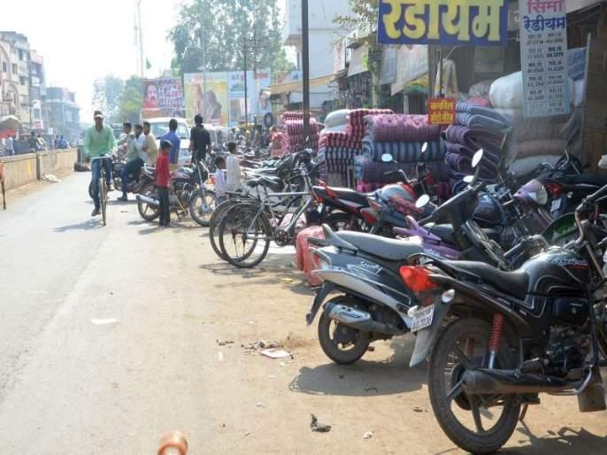 Traffic congestion due to awkward parking | भररस्त्यावर अस्ताव्यस्त पार्किंगमुळे वाहतुकीचा खोळंबा