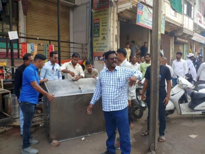 Collect the items of removal of the car owners on Agra Road in Dhule | धुळ्यातील आग्रा रोडवर लोटगाडीवाल्यांना हटवित साहित्य जमा