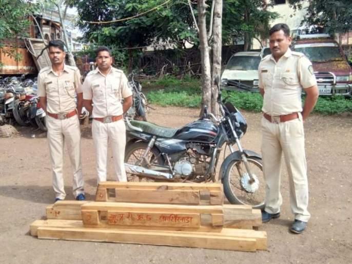 Pimpalner seized timber from forest work | पिंपळनेर वनकर्मचाºयांकडून सागाचे लाकूड जप्त