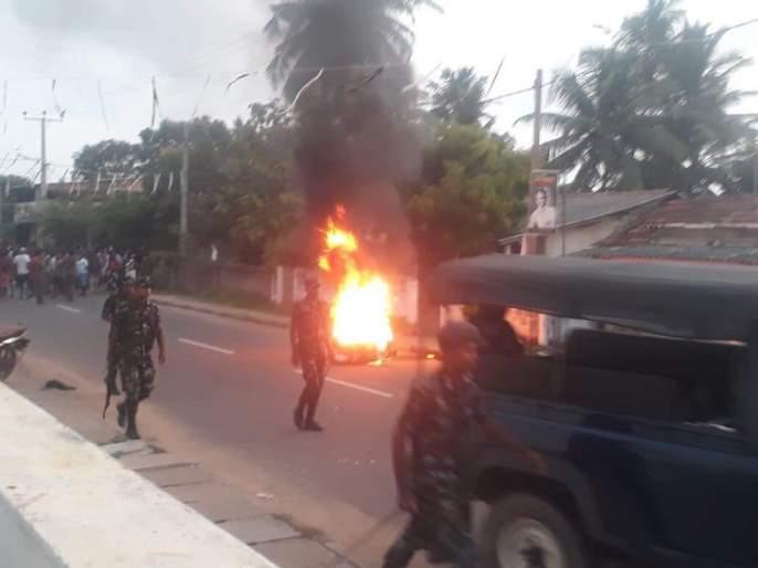 clashes after series of bomb blasts in Sri Lanka; Ban on social media   साखळी बॉम्बस्फोटांनंतर श्रीलंकेत उसळली दंगल; सोशल मीडियावर बंदी