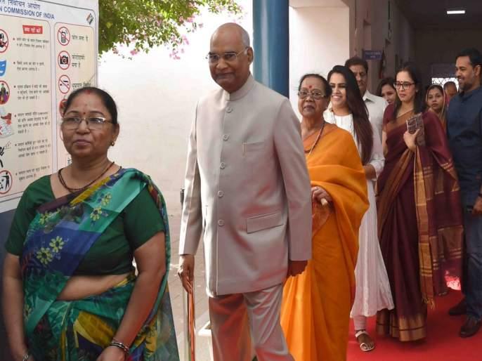 lok sabha election 2019 President voting in president house Delhi | राष्ट्रपतींनी रांगेत उभे राहून केले मतदान