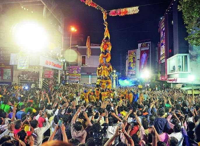 Tharar Dahihandi: Seven layers on one and Govinda hanging | थरार दहीहांडीचा : एकावर एक सात थर अन् गोविंदा झुलला