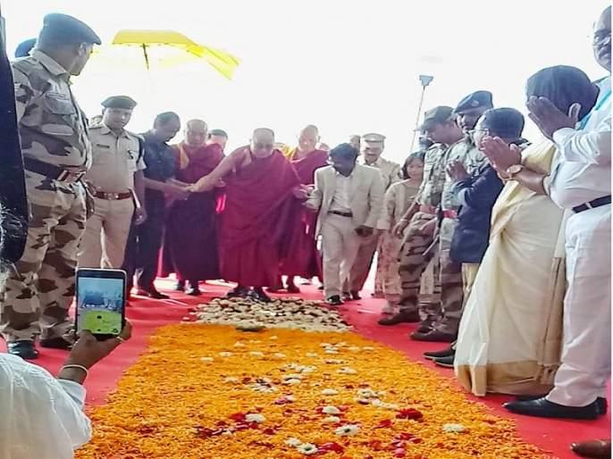 Dalai Lama arrives in Aurangabad; Attending World Dhamma Parishad | दलाई लामा यांचे औरंगाबादेत आगमन; जागतिक धम्मपरिषदेला राहणार उपस्थित
