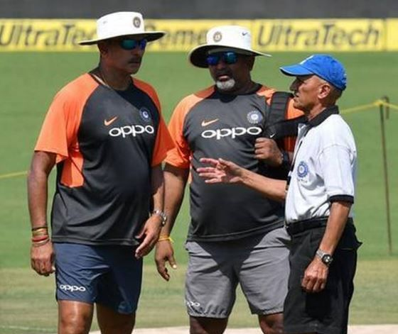 India vs South Africa, 2nd T20: Virat Kohli and Ravi Shastri honor cricketer who has served cricket for 80 years | India vs South Africa, 2nd T20 : कोहली आणि शास्त्री यांनी केला 80 वर्षे क्रिकेटची सेवा करणाऱ्या व्यक्तीचा सत्कार