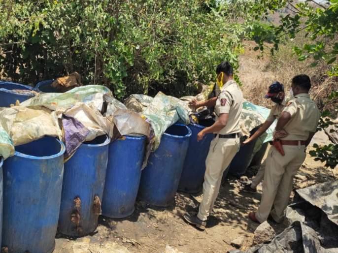 Lonavla rural police are took big action on liquar centre | गावठी हातभट्टीवर लोणावळा ग्रामीण पोलिसांची मोठी कारवाई; 1 लाख 33 हजारांची दारू नष्ट