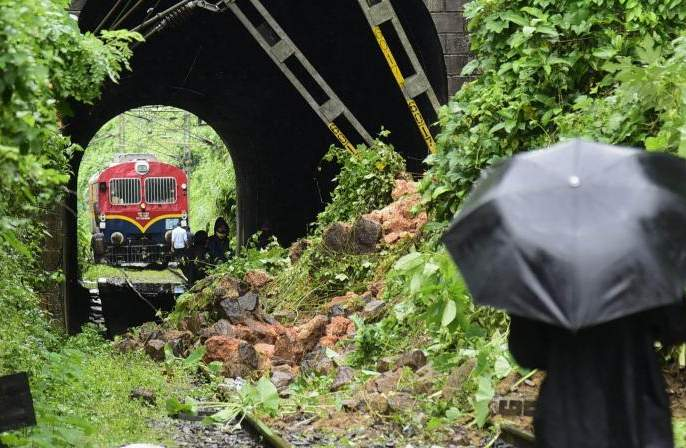 In Kerala, 15 people were killed and 56 others were trapped under the rubble | केरळात दरड कोसळून १५ ठार, ५६ जण ढिगाऱ्याखाली अडकले