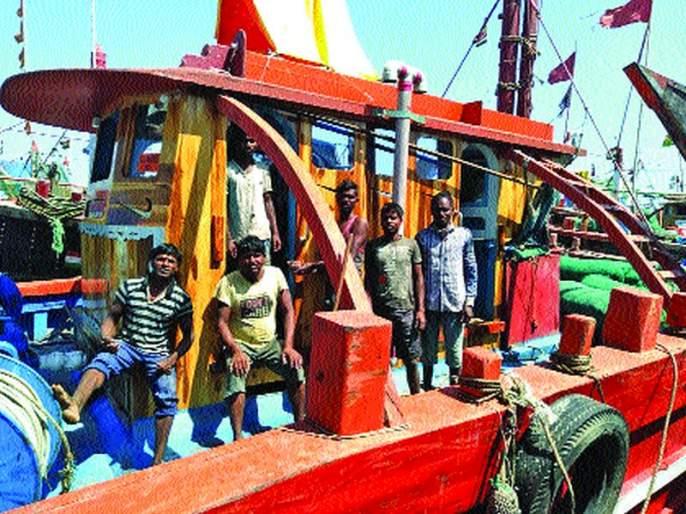 Thousands of Palghar sailors stranded in Gujarat port; Distressed from family   पालघरचे हजारो खलाशी गुजरात बंदरात अडकले; कुटुंबापासून दुरावल्याची खंत