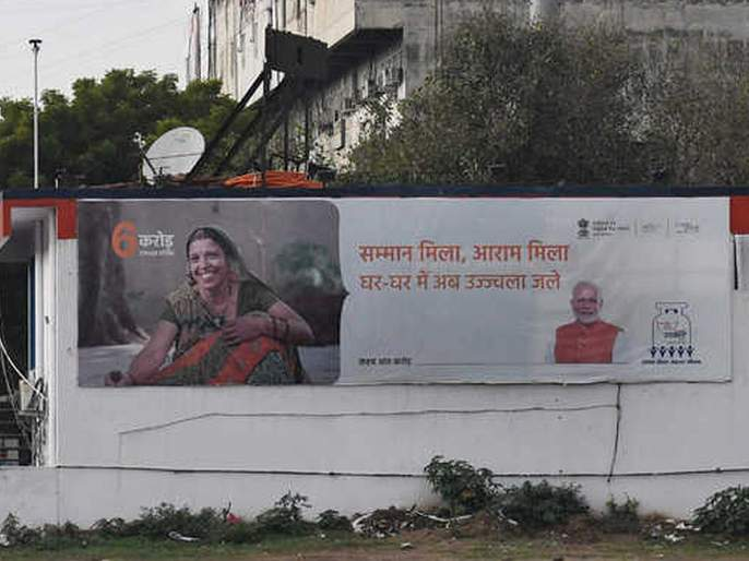 remove banners of PM Narendra Modi from Petrol Pumps, ST buses: Sachin Sawant   Vidhan sabha 2019 : पेट्रोल पंपांवरील पंतप्रधान नरेंद्र मोदींचे फलक काढा : सचिन सावंत