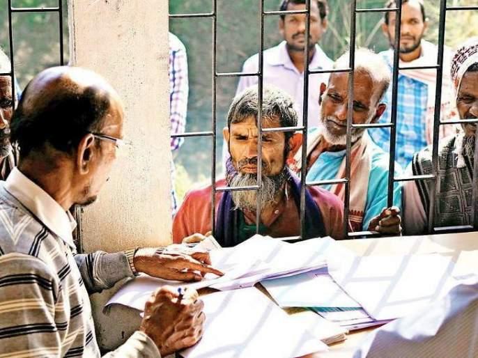 NRC officers arrested for taking bribe of 10 thousand rupees for registration   आसाममध्ये नागरिकता नोंदणीसाठी घेतली 10 हजार रुपयांची लाच; दोघे अधिकारी ताब्यात