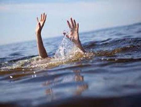 Two drowned while Ganesh Visarjan in the beach   आचरा समुद्र किनारी विसर्जनाच्या वेळी दोघे बुडाले