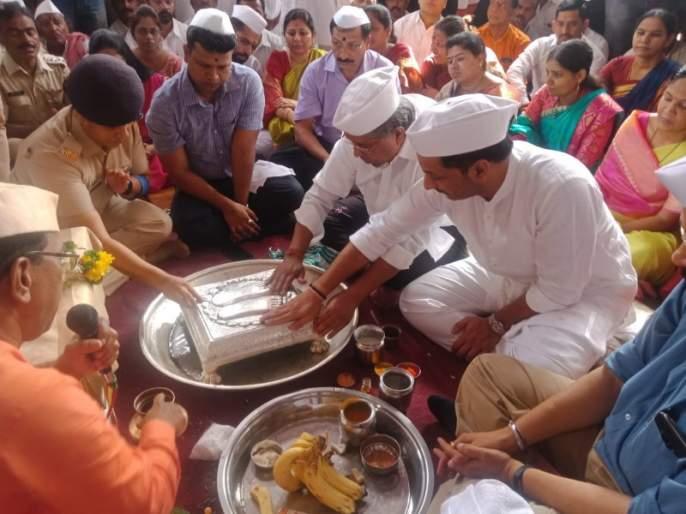 Pandharpur Wari: The worship of Jagadguru Tukaram Maharaj's pedestal at the hands of Guardian Minister Chandrakant Patil | Pandharpur Wari: पालकमंत्री चंद्रकांत पाटील यांच्या हस्ते जगद्गुरू तुकाराम महाराजांच्या पादुकांचे पूजन