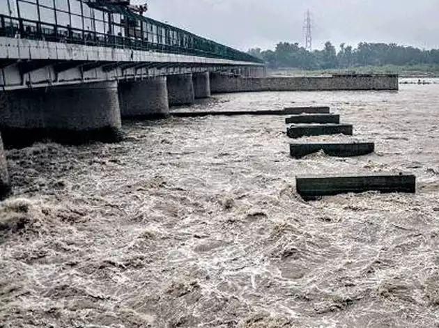 The nation's capital delhi in flood crisis; 8.7 lakh cusecs of water left from Haryana to Yamuna | देशाची राजधानी संकटात; हरियाणातून यमुनेत सोडले तब्बल 8.7 लाख क्युसेक पुराचे पाणी
