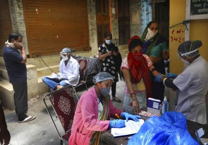 The number of corona patients in the state halved | राज्यात कोरोना रुग्णांची संख्या निम्म्यावर