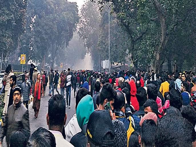 To celebrate the Republic Day, Delhi's 'Parade', queue for two km | प्रजासत्ताक सोहळा पाहण्यासाठी दिल्लीकरांची 'परेड', दोन किमीपर्यंत रांगा