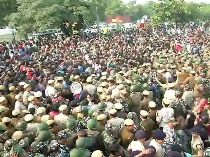 Swami Vivekananda's memorial in JNU students' protest | जेएनयू विद्यार्थ्यांच्या आंदोलनात स्वामी विवेकानंद यांच्या स्मारकाची विटंबना