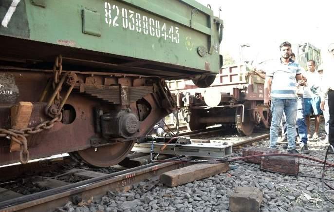 Traffic jammed for two hours, falling off the train | मालगाडी बंद पडून वाहतूक दोन तास ठप्प