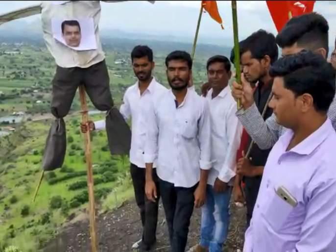 youth protest against Devendra Fadnavis government | VIDEO: ...म्हणून 'त्या' तरुणांनी केला शहागडावरून मुख्यमंत्र्यांच्या पुतळ्याचा कडेलोट