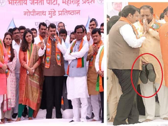 opposition leader Devendra Fadnavis fears to boot theft at Pankaja munde's agitaion in Aurangabad | बुटाच्या चोरीची विरोधी पक्षनेते देवेंद्र फडणवीसांना भीती ?