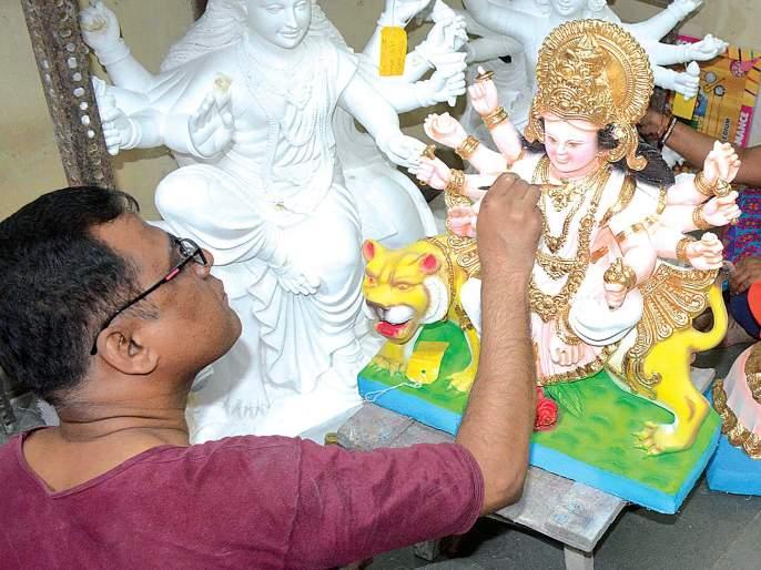 The idols of the goddess also got rain | देवीच्या मूर्तींनाही बसला पावसाचा फटका