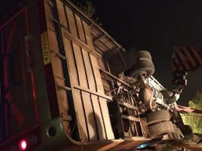 5 killed, 11 seriously injured in bus accident of devria | प्रवासी बसला भीषण अपघात, 5 ठार 11 गंभीर जखमी