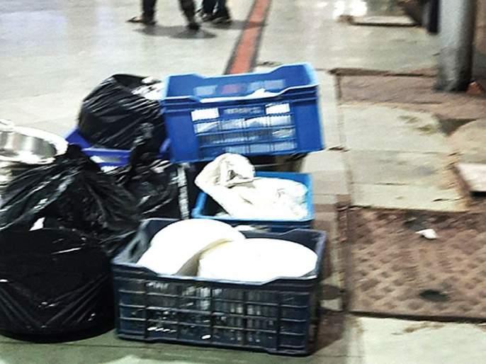 Large trash cans have been placed near the food stall at the CSMT station | जिथे खातो, तिथेच कचऱ्याचे डबे; सीएसएमटी स्थानकावरील खाद्यपदार्थांची किंमत अव्वाच्या सव्वा