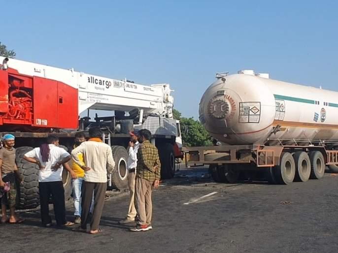 crane collided with the tanker; Long queues on the Mumbai-Ahmedabad highway   टँकरवर क्रेन आदळली;मुंबई अहमदाबाद महामार्गावर लांबच लांब रांगा
