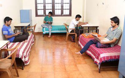 The plight of those coming to Mumbai for education and jobs | मुंबईत शिक्षण आणि नोकरीसाठी येत असलेल्यांची आबाळ