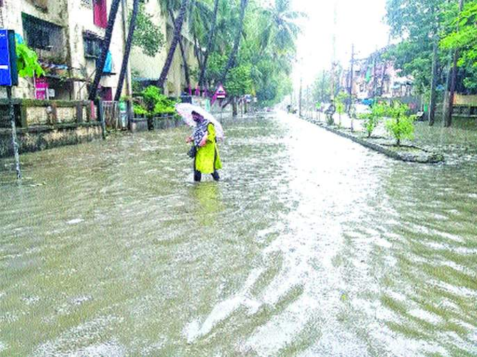 Rainwater seeped into houses in Kalamboli area | कळंबोली परिसरात घरांमध्ये शिरले पावसाचे पाणी