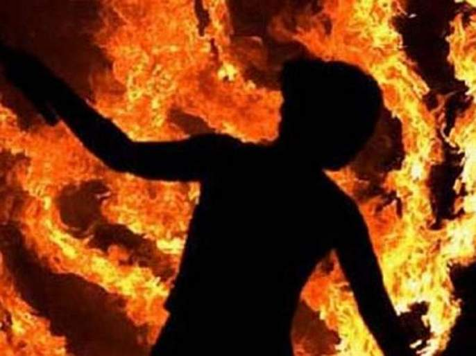 A fire broke out in the house for drinking water, and mother-in-law heard in bhopal | पाण्यासाठी घरातच भांडण, सासू-सासऱ्यांनी सुनेला जिवंत जाळले