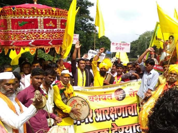 Mega Bhabarite protests against Dhangar community   मेगाभरतीला धनगर समाजाचा विरोध