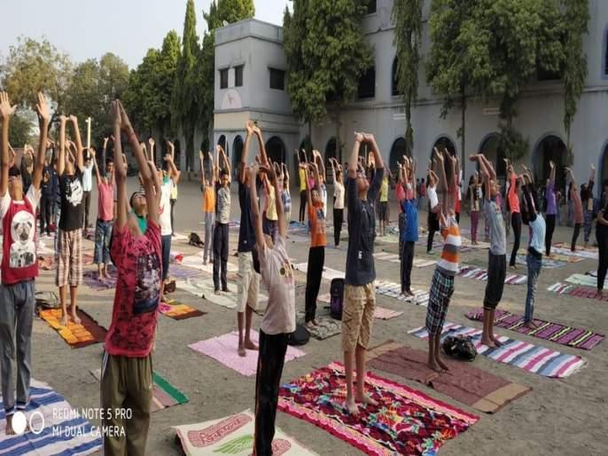 Students organized at Dharangaon, | धरणगाव येथे विद्यार्थ्यांनी घातले सूर्यनमस्कार