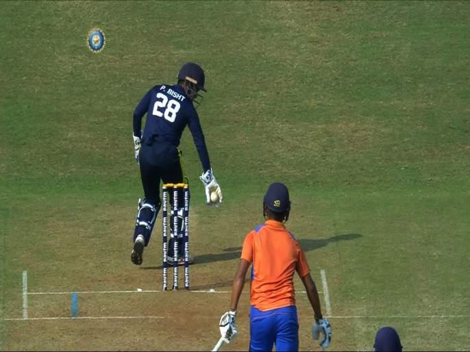 Video : Two Madhya Pradesh batsmen are in the middle of the pitch but they still survive a run-out | Video : दोन्ही फलंदाज खेळपट्टीच्या मधोमध, तरीही यष्टिरक्षकाला Run Out करणं जमलं नाही