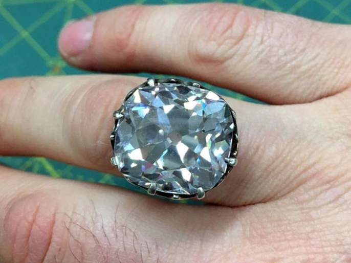 Britain woman who bought a ring for 12 dollars 30 years ago finds out its worth a fortune | वाह रे नशीब! ८५० रूपयांना घेतलेली अंगठी विकायला गेली होती महिला आणि...