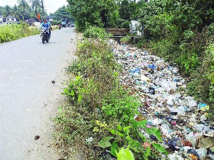 Plastic mines in Shigre village | शिघ्रे गावात प्लास्टिकचा खच