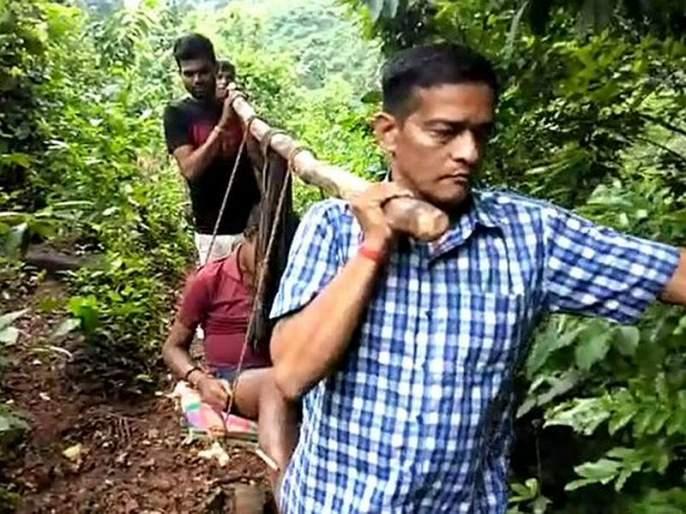 'He' is indeed God, a doctor who carries the patient 5 km over his shoulder in malakagiri | 'हे' खरंच देव आहेत, रुग्णाला खांद्यावर घेऊन 5 Km ची पायपीट करणारा 'डॉक्टर'