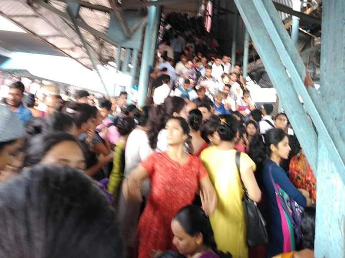 Central Railway disrupted local services, large crowd of passengers at Dombivli station   Central Train Update: मध्य रेल्वेची 'लोकल'सेवा विस्कळीत, डोंबिवली स्थानकात प्रवाशांची मोठी गर्दी