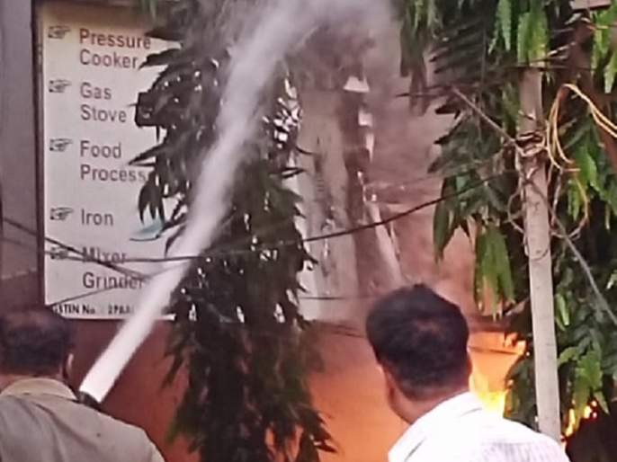 Fire to the meter cabin of the Saroj Arcade building; The electrical inspector will investigate the cause of the fire | सरोज आर्केड इमारतीच्या मीटर केबिनला आग; विद्युत निरीक्षक आगीचे कारण तपासणार
