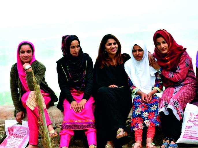 There is no fear in Kashmir. But people around here fear the mind ... | काश्मीर मध्ये भीती नाही.. पण आजबाजूचीच माणसं मनात भय पेरतात...