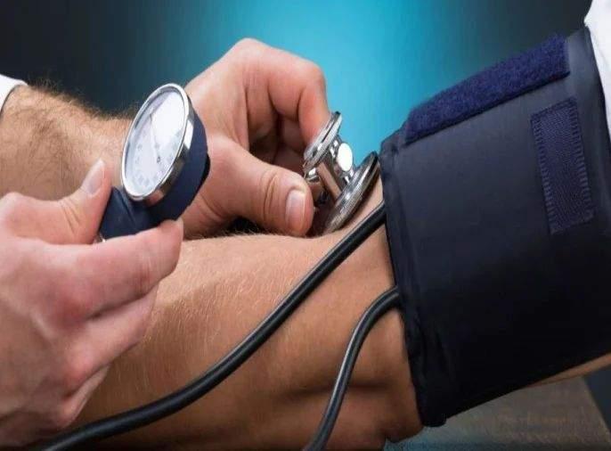 Health Tips Marathi : Home remedies cure low blood pressure how control blood pressure | तुम्हालाही अचानक BP चा त्रास होतो? तज्ज्ञांनी सांगितले 'बीपी' नियंत्रणात ठेवण्याचे सोपे उपाय
