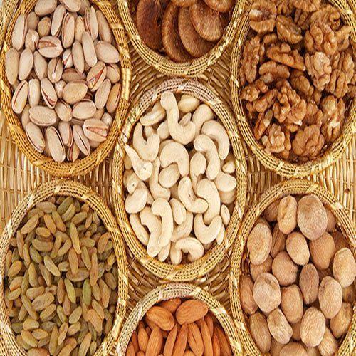 In Nagpur, cashew nuts are cheap, almonds, walnuts expensive   नागपुरात काजू स्वस्त, बदाम, आक्रोड व खारीक महाग
